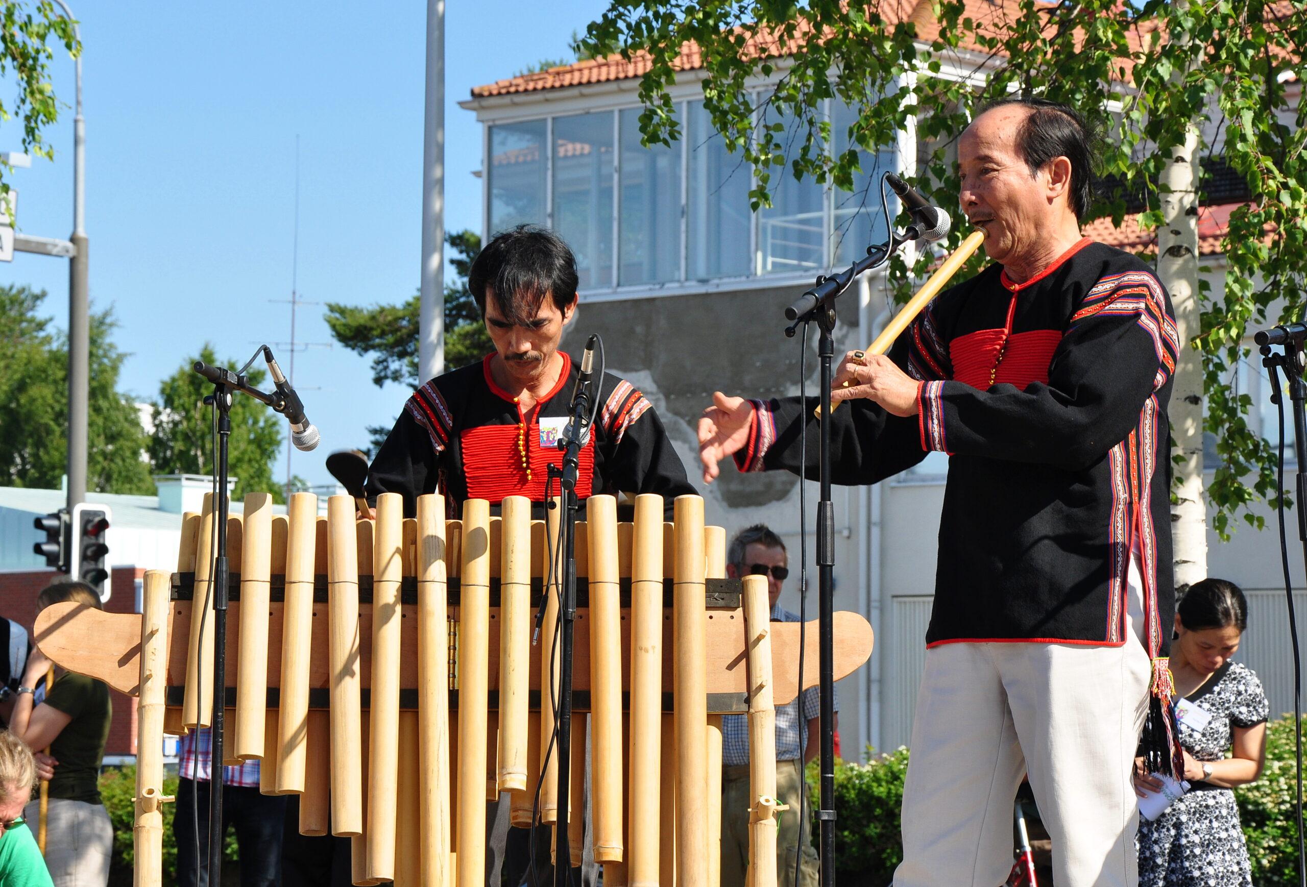 uong Van Tonin yhtye Vietnamista esiintyy Sommelon avajaisissa (c) Juha Olkkonen / Sommelo